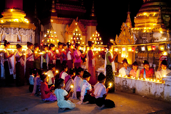 Burmese girls in Thadingyut Lights Festival