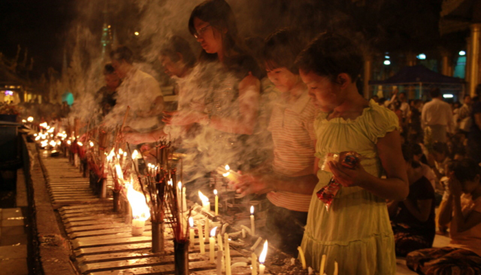 Lighten candles and pray in Shwedagon Pagoda Festival