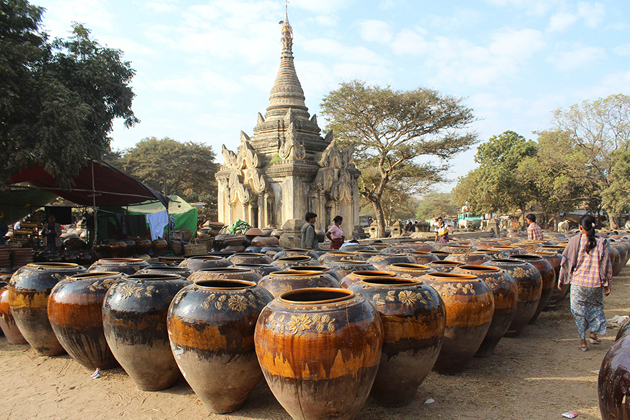 Shwebo glarized pots sold at Shwezigon Pagoda Festival