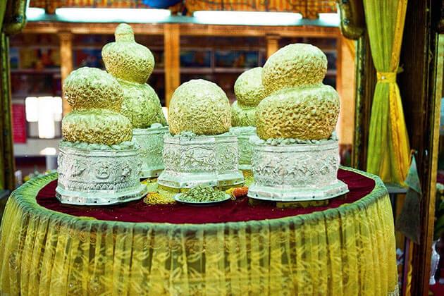 Buddha statue in Phaung Daw Oo paogoda