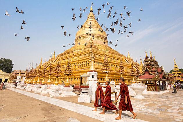 Burmese monks in Shwezigon pagoda