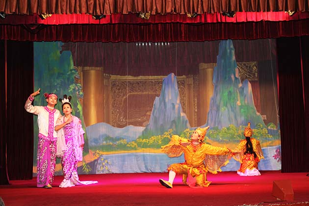 Enjoy a traditional show in one day Yangon city tour