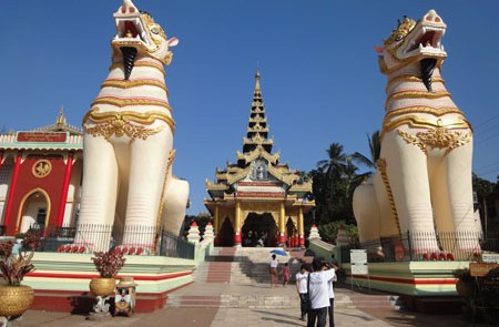 Entrance-Lion-Guardians-at-the-entrance-of-Shwemawdaw-Pagoda-in-bago