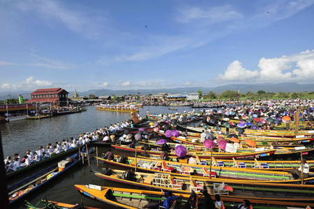 Magnificant & Wonderful scence of Phaung Daw Oo Pagoda Festival in Inle Lake