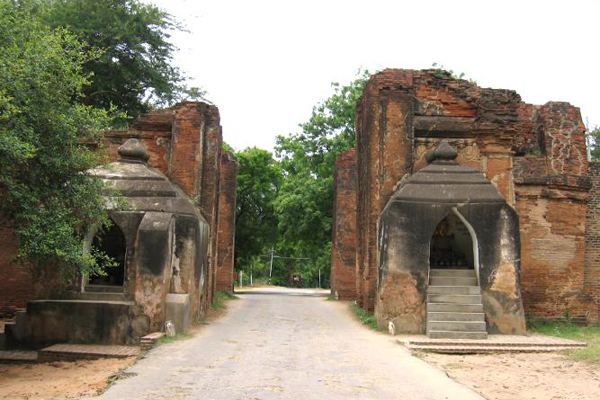 Many temples in Bagan are encircled by a wall with gates