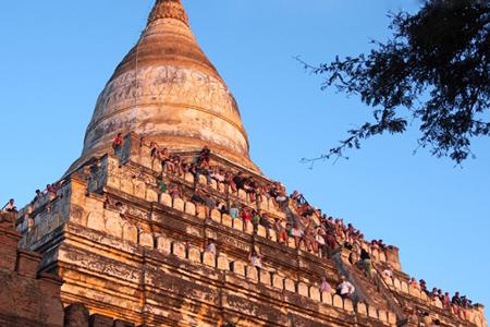 Vistors at Mingalar Zedi Pagoda