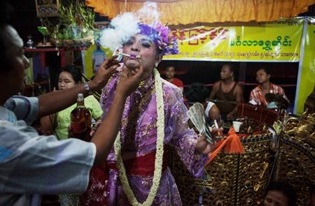At Zeedaw Nat Festival, A Nat medium with 2 cigarettes