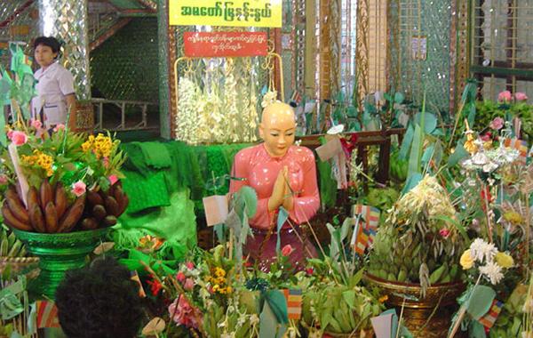 Ahma Mya Nan Nwe near Botahtaung Pagoda