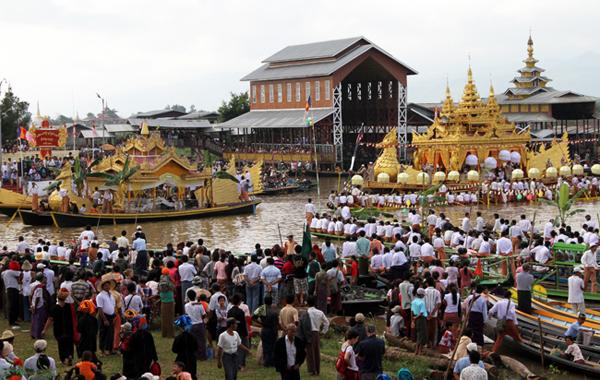 Boat racing at Phaungdawoo Pagoda festival