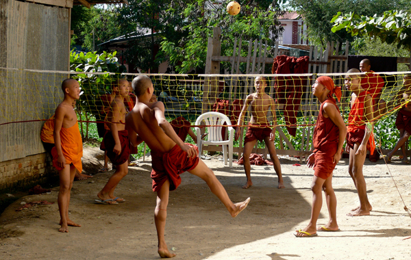 Monks playing rattan ball - Chilon