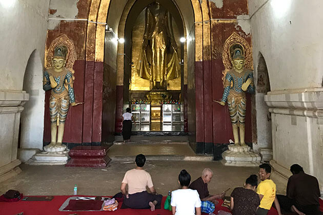 local pilgrims in Ananda pagoda