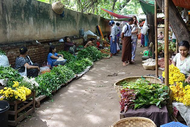 morning scene at Nyaung U market