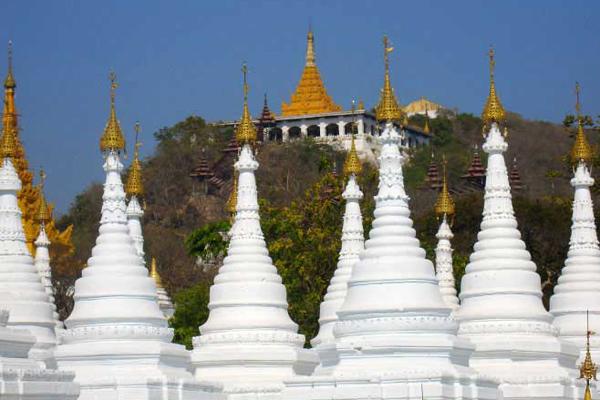 White stupas in Sandamuni Pagoda
