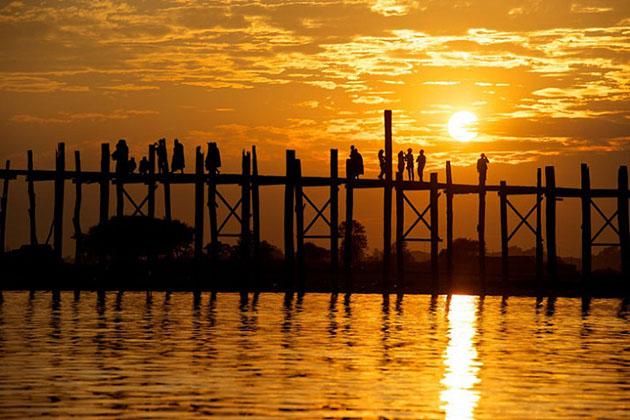 the fascinating u bein bridge at sunset