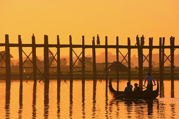 the peaceful scenery of U bein Bridge at sunset