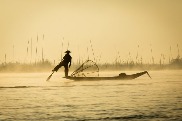 Leg-rowing fisherman in Inle Lake