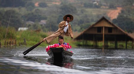 Leg rowing man with his wife to the market attraction for Inle lake tour