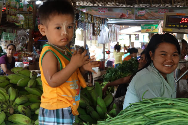 Little boy in a vegetable shop with his mother - Bagan in 2 days