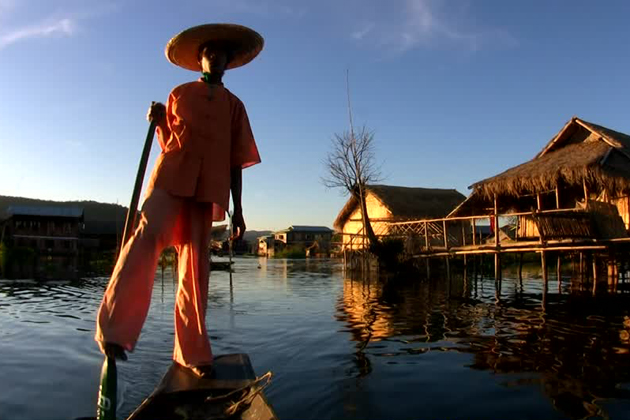 Meet the leg-rowing fisherman in Intha village in Kalaw Inle trekking tour