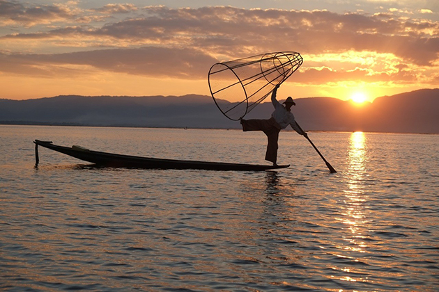 The sun is going down in Inle Lake