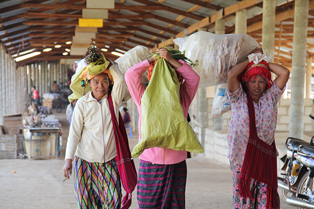 See local life in Inle Lake Five Day Market in Myanmar 7-day tour