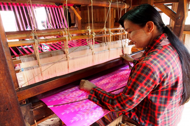 Lotus Weaving in Inle Lake – Myanmar Traditional Weaving