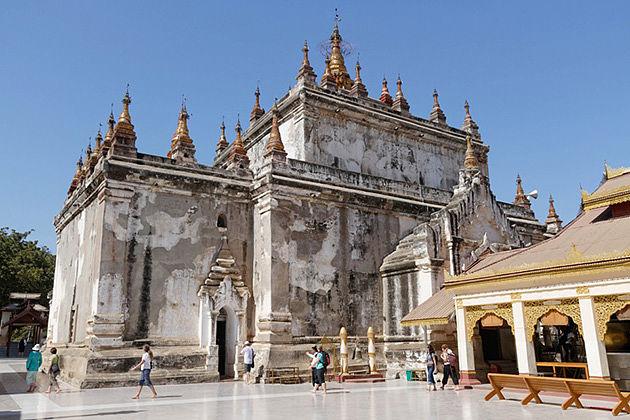 Yangon-Bagan tour to the Manuha Temple
