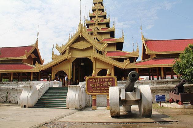 Burma river cruise to Mandalay palace
