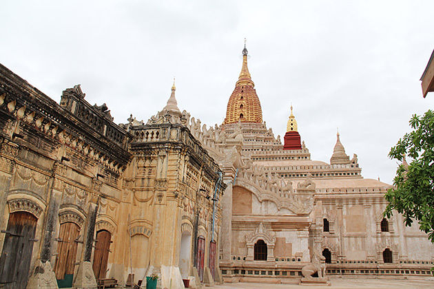 Myanmar tour to the Ananda Temple in Bagan