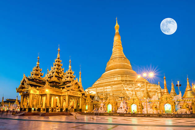 shwedagon pagoda glittering at night
