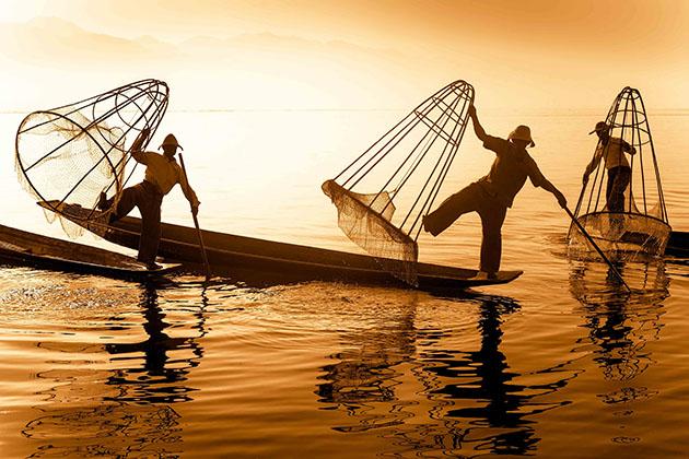 the iconic leg-rowing fishermen in Inle Lake