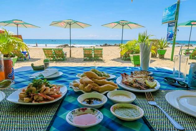 Enjoy-seafood-in Myanmar beach holiday