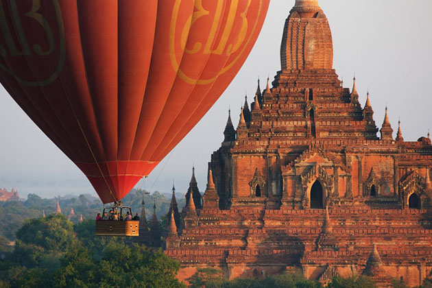 The hot-air balloon and massive temples in bagan