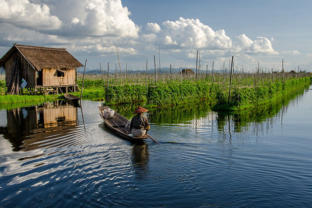sailing through floating gardens in Inle Lake tour