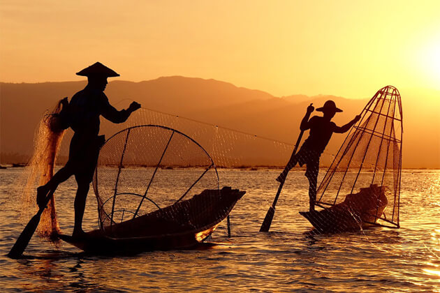 taking photo to inle-lake-fishermen-highlight of-inle-lake-tours