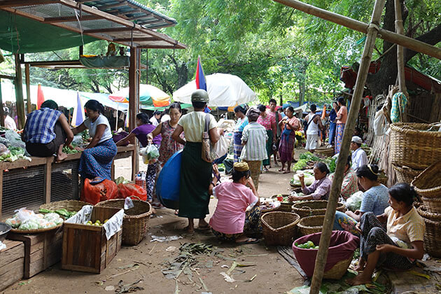 the hustle Nyaung u market in Bagan