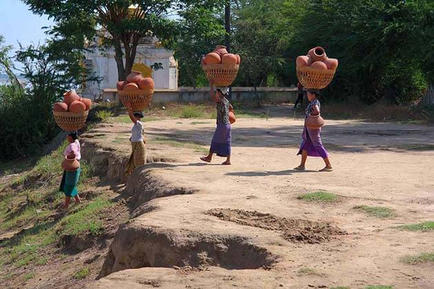 women in Yandaboo carry pots on their head