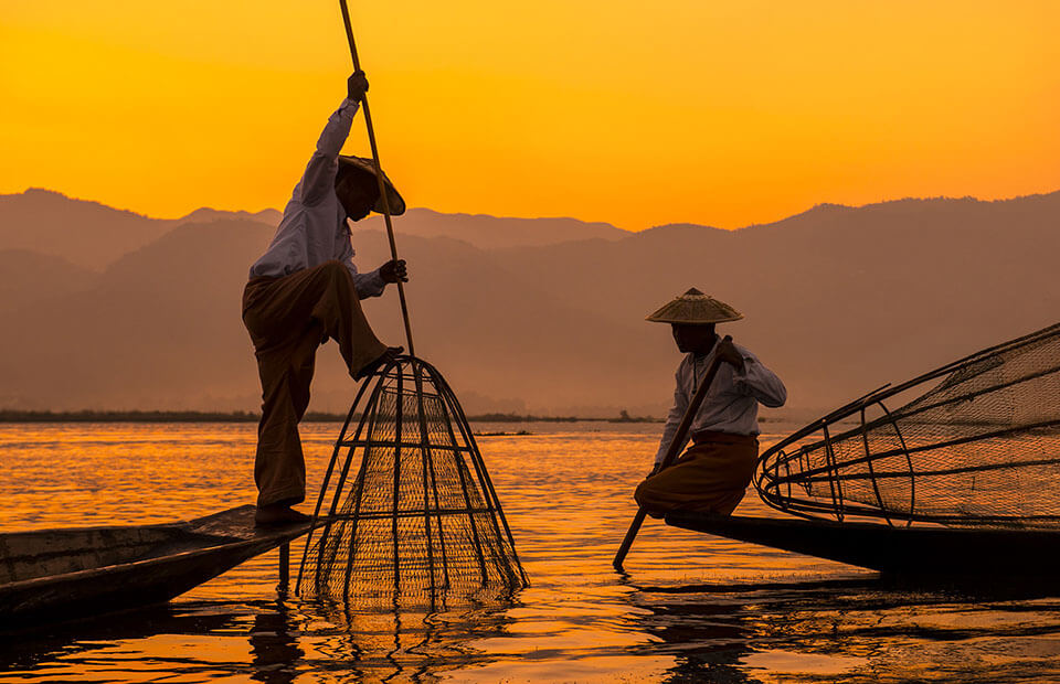 meet the iconic legrowing fishermen in Inle Lake tour