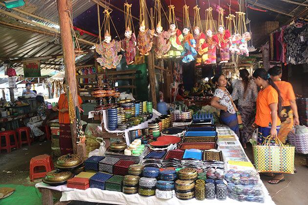 sovenirs in nyaung u market